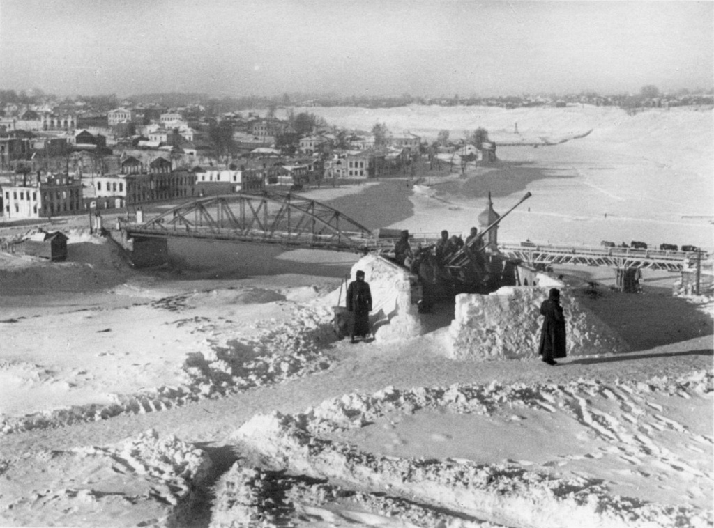Rzhev_bridge_flak18_1942.jpg